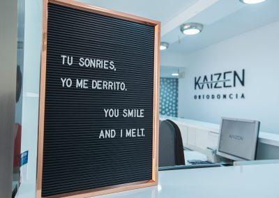 Mensaje inspirador en recepción Clínica Kaizen Ortodoncia Marbella